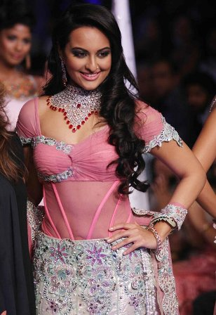 wallpaper of sonakshi sinha in bikini. sonakshi sinha fat hot photos