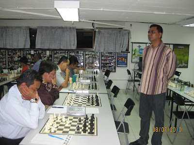 GM Ziaur in full swing against the five simul players last night, 8th July 2010!