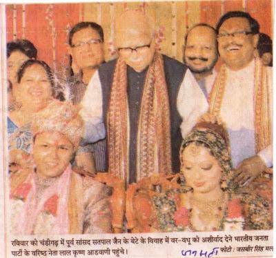 रविवार को चंडीगढ़ में पूर्व सांसद सतपाल जैन के बेटे के विवाह में वर-वधू को आशीर्वाद  देने भारतीय जनता पार्टी के वरिष्ठ नेता लाल कृष्ण आडवाणी पहुंचे