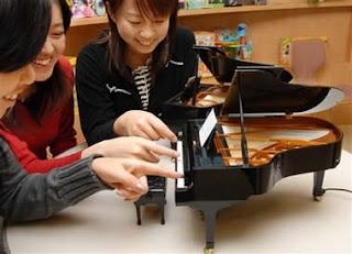 http://2.bp.blogspot.com/_qK1F0qFDqfs/SSeREtfqvKI/AAAAAAAAADM/5ibWz3HYgqc/s320/a281_piano.jpg