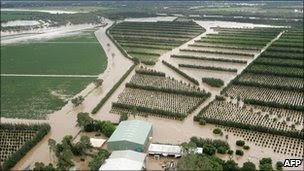 http://2.bp.blogspot.com/_qLAIskTQXUc/TS5OheepaKI/AAAAAAAAFyo/tb_xyFIzoRU/s1600/aussie+floods+fields.jpg