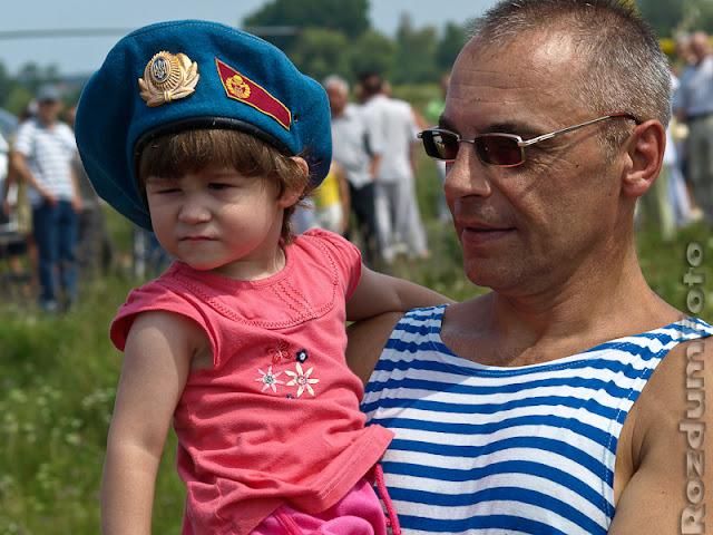 Десантник з дочкою на святкуванні дня ВДВ 2010 в Житомирі, 1 серпня 2010 року