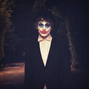 So ist das leben sagte der clown und malte sich mit tränen in den augen ein lächeln ins gesicht