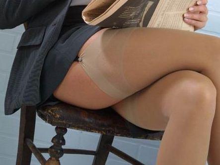 Seora madura que es ampliamente extiende las piernas