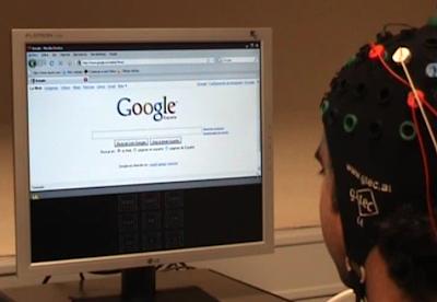 foto de una persona con electrodos en la cabeza para recoger las señales frente al ordenador