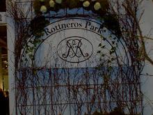 Mossa vita rosor och björkris på skylten.