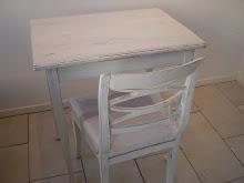 Fint gammalt bord med klädd stol.