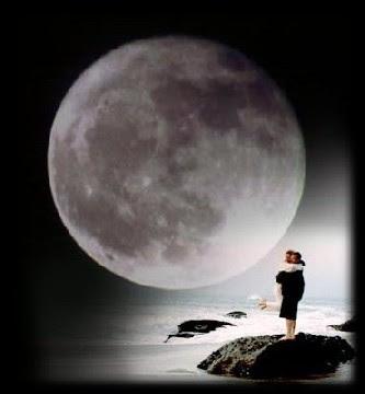 casal feliz, caminhando na praia, na luz da lua cheia