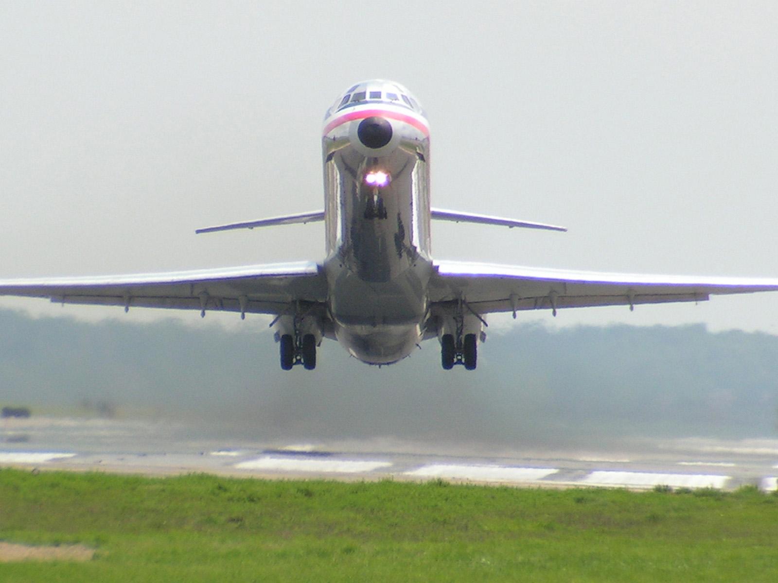 http://2.bp.blogspot.com/_qjNUXs1qvUw/TEEWMExuWgI/AAAAAAAAADc/6f9h18ncjHI/s1600/md80_takeoff.jpg
