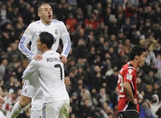 Benzema and Cristiano celebrate the goal of the Frenchman