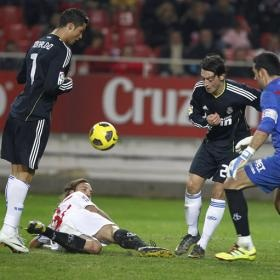 Cristiano, Özil, Palop and Alexis fighting for a ball
