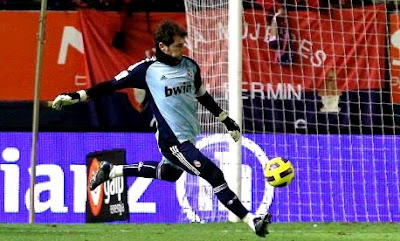 Casillas shot the ball during Osasuna-Madrid match