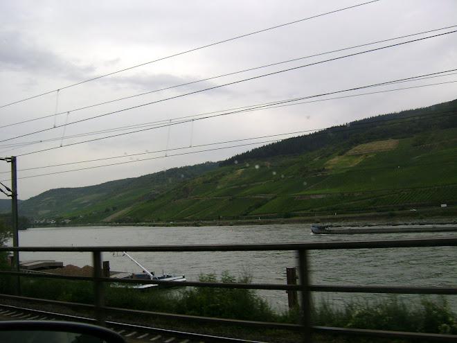 แม่น้ำไรด์ ที่ไหลผ่านประเทศเยอรมัน ขนานไปกับทางรถยนต์