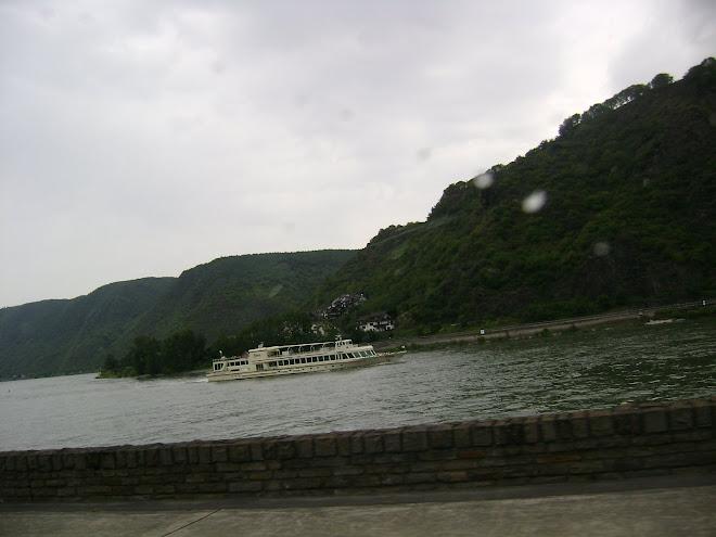 เรือล่องท่องเที่ยวในแม่น้ำไรด์