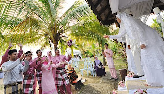 Gambar Perkahwinan Arni Nazira dan Wan Hazrie