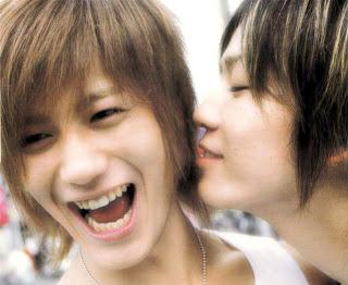 http://2.bp.blogspot.com/_r1OGHJBao8c/SX0so5KfyvI/AAAAAAAAAHc/YcihKWUOAUY/s320/kiss1.jpg