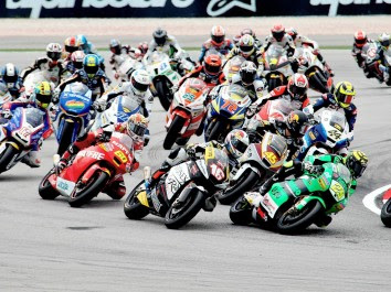 Moto2 battle to Portugal
