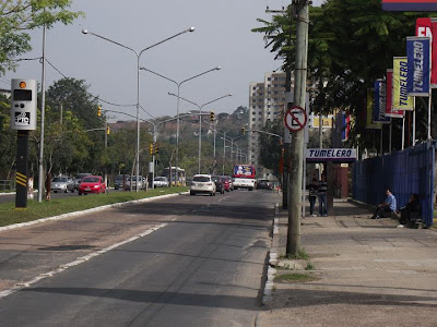 Avenida Icaraí junto à parada de ônibus da loja Tumelero do bairro Cristal