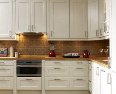Villa Rosenbo: Vita kök och svarta bänkskivor