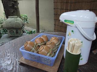 三輪素麺 そうめん処 森正の机と焙茶