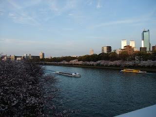 大川を行き交う遊覧船