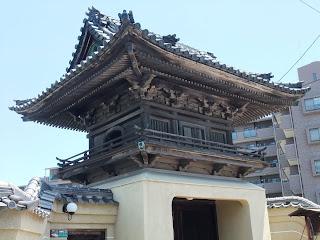 熊野街道沿いにある竜宮城みたいなお寺の木造建築物