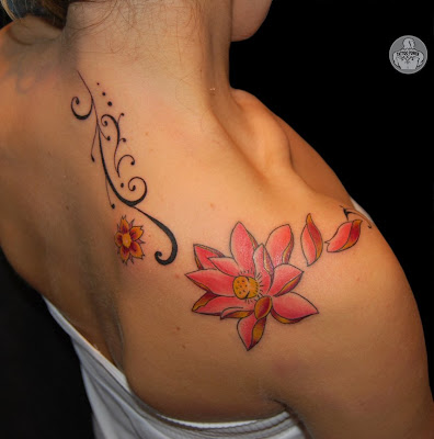 flores tattoo. flores ombro