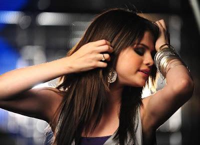 El Buscador Selena-gomez-films-falling-down-14