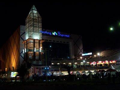 http://2.bp.blogspot.com/_rETWR7oekM4/TGjhz9oYlhI/AAAAAAAAANY/JP1jZjjqeJQ/s400/Bandung-Super-Mall.JPG