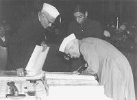 http://2.bp.blogspot.com/_rJ7SeBDT8xQ/RaiEO8WIx4I/AAAAAAAAABQ/FKKHf6EkWx4/s400/Nehru_signing_Indian_Constitution.jpg