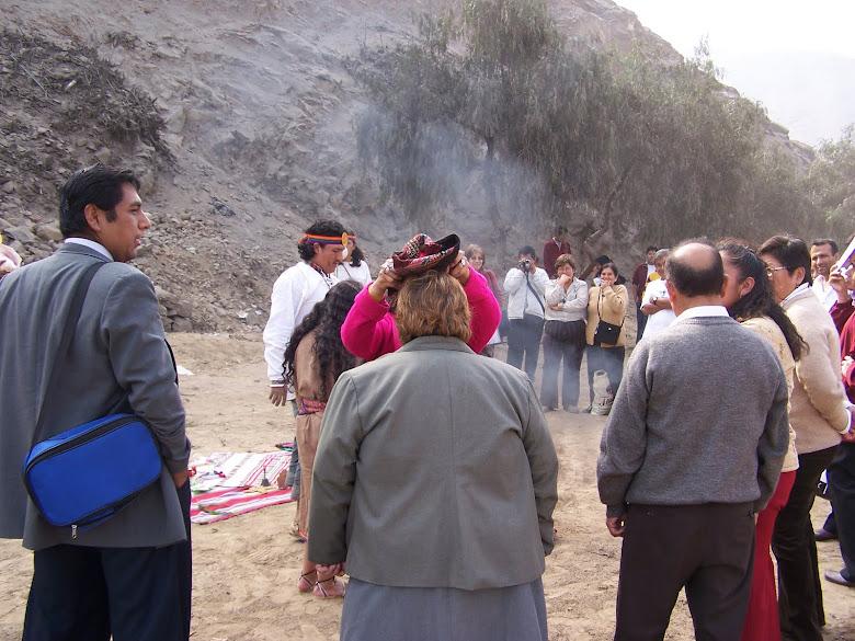 AÑO 2007: LA DIRECTORA Y PROFESORES HACIENDO LA OFRENDA A LA PACHAMAMA Y TOMANDO EL FLORECIMIENTO.