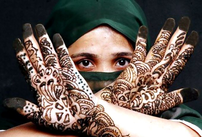 tattoos can be made using many colors, henna tattoos create designs