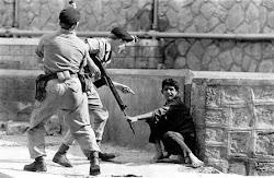 جنود بريطانيون في عدن وهم في وضع  مهاجمة احد مواطني عدن