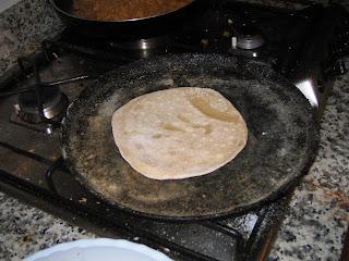 Primero, preparando el Chapati sobre la sartén