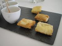 Zamburiñas con mahonesa de soja / Pastelitos de queso de cabra con miel