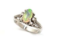 家族から受け継がれたリングの石を使っ世界で1つだけのデザインになります。