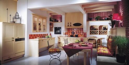фото кухни в маленькой квартире. кухня стулья стол фото.
