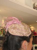 Tocado con cinta bordada y plumas