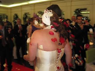 Tocado de novia blanco y burdeos