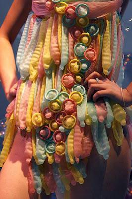 CHICA RODEADA DE CONDONES, condones usados, traje condon