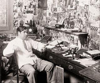 Ramón Gómez de la Sena en su despacho donde la creación le rodeaba sin temor al horror vacui