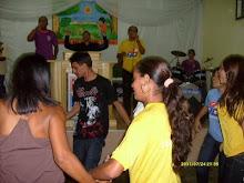 Momento de adoração com danças.