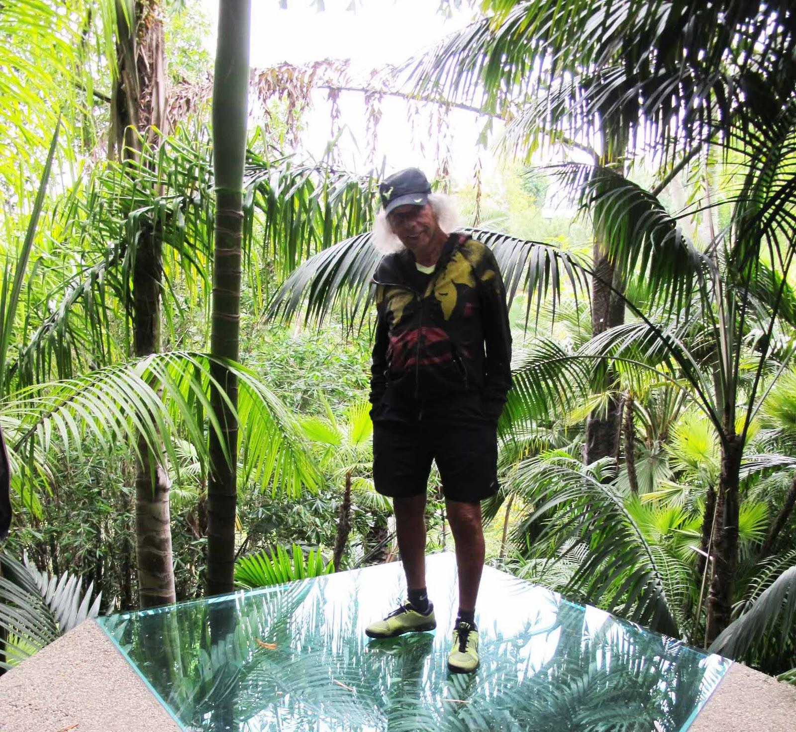 http://2.bp.blogspot.com/_rlhZCdZl2is/TOwyJaxNsHI/AAAAAAAANUA/E9_YHybQQ54/s1600/Jim+Goldstein+at+the+Sheats+Goldstein+house+by+John+Lautner+Beverly+Hills+Los+Angeles.jpg