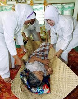 BANTU...Kakitangan kesihatan Klinik Pokok Sena membantu mengangkat Chah yang disyaki menghidap penyakit chikungunya. -Sumber Harian Metro