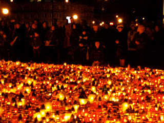 candles Poland Lech Kaczynski Warsaw Warszawa Mourners plane crash Poles Polish scouts funeral Presidential Palace Pilsudski prayer praying