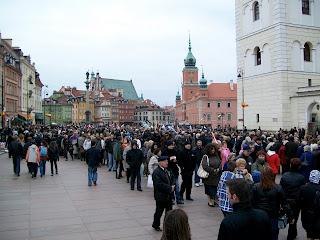Poland President Lech Kaczynski mourning Kaczynscy Warsaw Warszawa Crowd Presidential Palace Krakowskie Przedmiescie lying in state funeral line queue