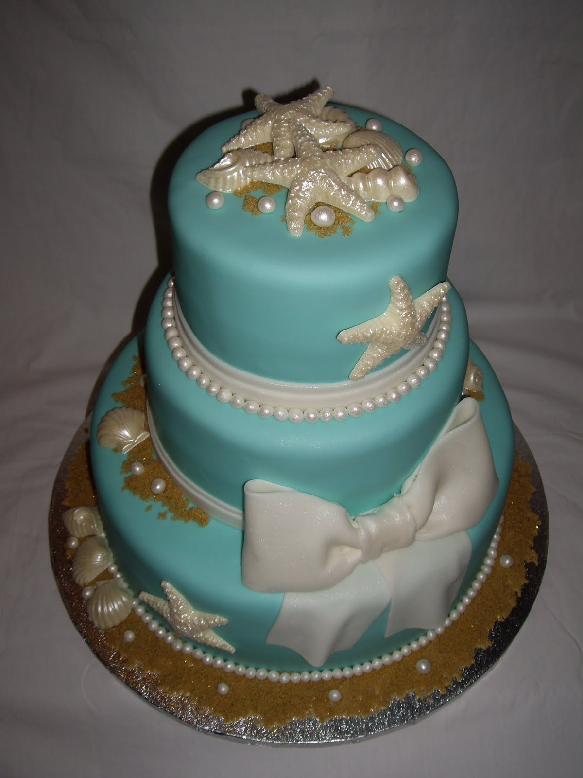 Edible Seashells for Wedding Cakes http://www.darciescustomcakes.blogspot.com/