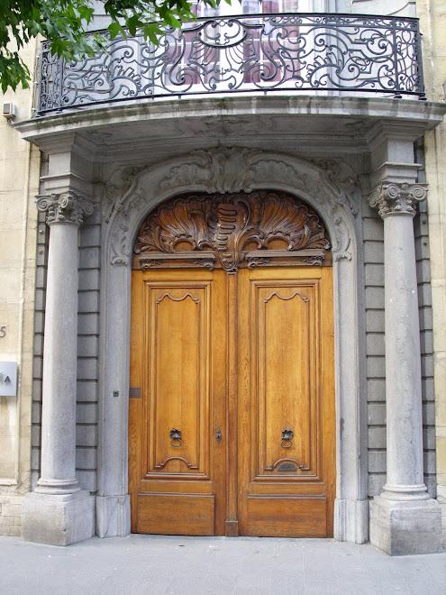 Porte anversoise avec balcon ouvragé