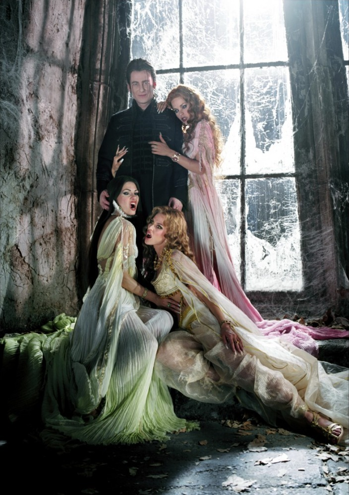 http://2.bp.blogspot.com/_rxdVKjjX-hE/TQanbqYsG2I/AAAAAAAAAXc/8JmIfPu-NB8/s1600/Dracula-and-Brides-van-helsing-12157360-704-1000.jpg