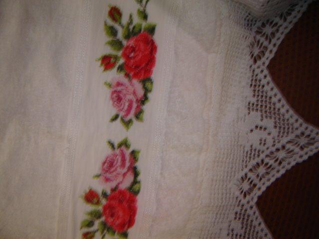 Toalha bordada em ponto cruz e barra de croche
